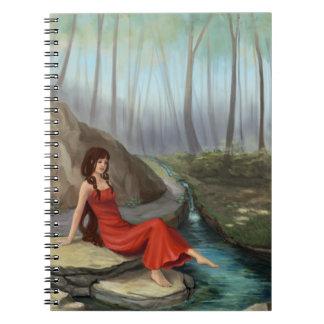 Chica del duende en diario del bosque de la libros de apuntes con espiral