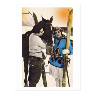 Chica del encanto del vintage - esquí y caballo de postal