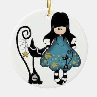 Chica del gótico con el gato adorno navideño redondo de cerámica