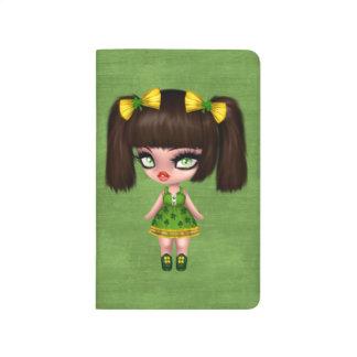 Chica del gótico del día de St Patrick con las Cuaderno Grapado