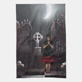 Chica del gótico en cementerio iluminado por la lu toallas de cocina
