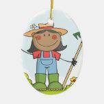 Chica del granjero con un rastrillo en hierba con  ornato