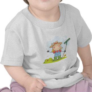 Chica del granjero con un rastrillo en hierba camisetas