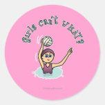 Chica del jugador de polo de la agua ligera pegatina redonda