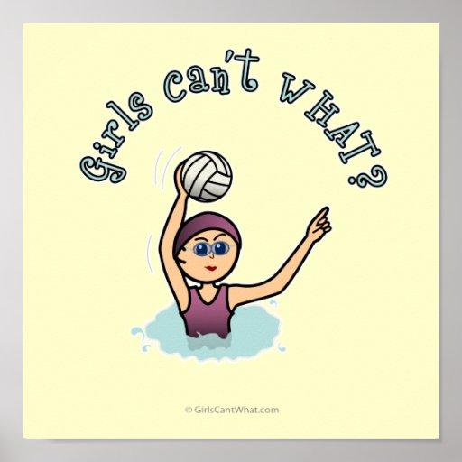 Chica del jugador de polo de la agua ligera poster