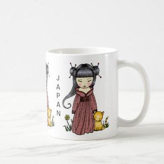 Chica del kimono de la taza de Japón de la ayuda