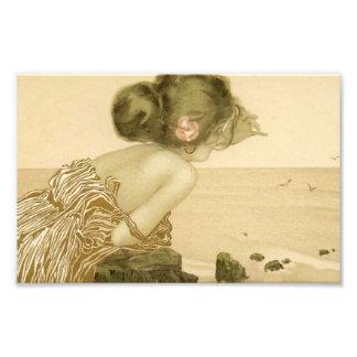 Chica del mar del vintage con la impresión rosada fotografía