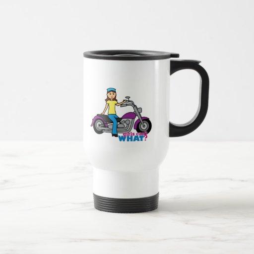 Chica del motorista tazas de café