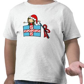 Chica del navidad haciendo estallar fuera de una c camiseta