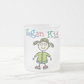 Chica del niño del vegano taza de café esmerilada