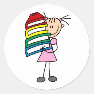 Chica del palillo con los libros etiqueta redonda
