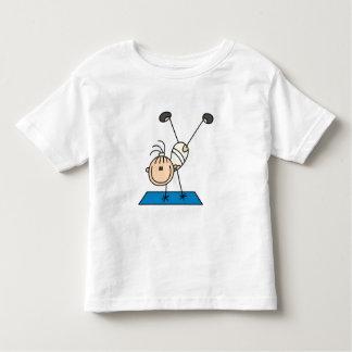 Chica del palillo que hace las camisetas y los
