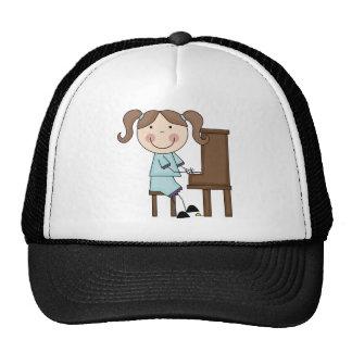 Chica del palillo que juega el piano gorras de camionero