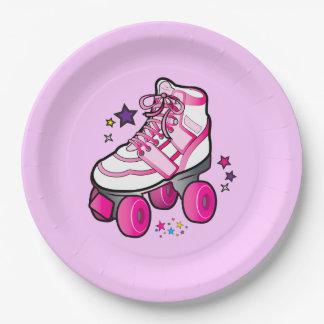 Chica del patín de ruedas platos de papel