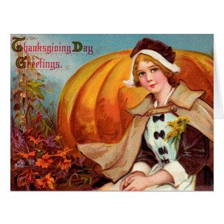 Chica del peregrino de la acción de gracias con la tarjetas