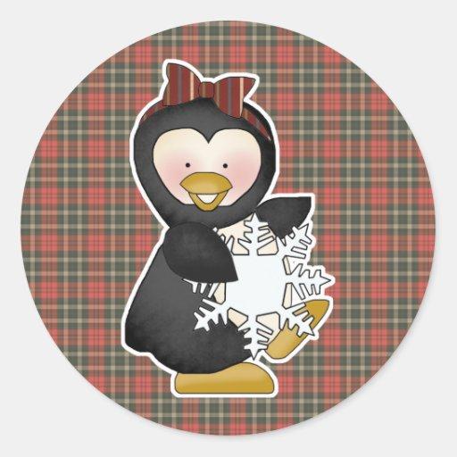 chica del pingüino que sostiene el copo de nieve pegatina redonda