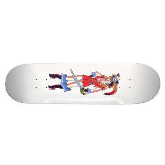 Chica del pirata del tatuaje con el monopatín de l skate board