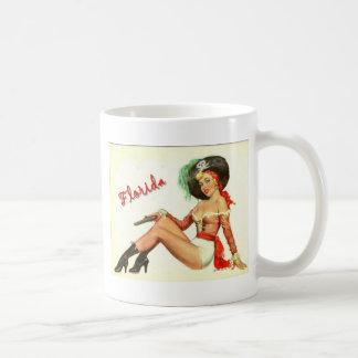 Chica del pirata del vintage 50s taza básica blanca