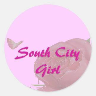 Chica del sur de la ciudad con las mariposas y pegatina redonda