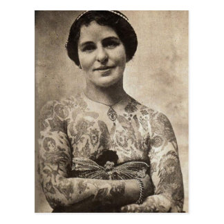 Chica del tatuaje de la mariposa