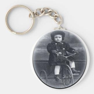 Chica del triciclo del vintage llaveros personalizados