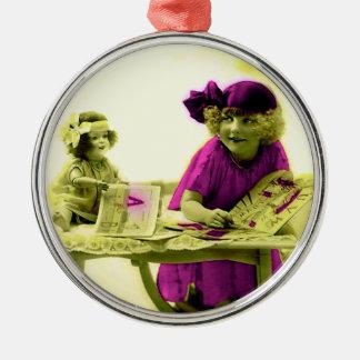 Chica del Victorian con el ornamento de la muñeca Adorno