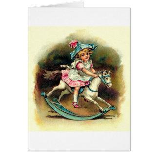 Chica del vintage con el caballo mecedora felicitación