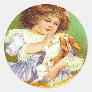 Chica del vintage con el conejito y la tarjeta de pegatina redonda