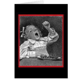 Chica del vintage con el cuenco de cerezas tarjeta de felicitación