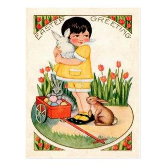 Chica del vintage con los conejitos de pascua y postal