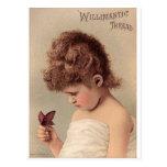 Chica del vintage con una mariposa postal
