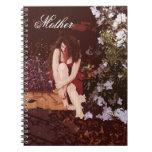 Chica del vintage del cuaderno del regalo de la ma