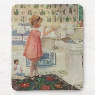 Chica del vintage, niño que hace la ropa colgante alfombrillas de ratón