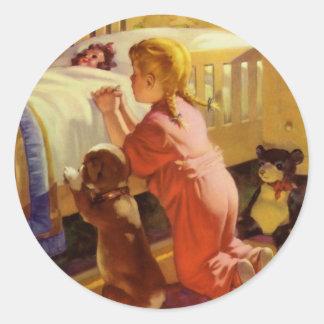 Chica del vintage que ruega con el perro; Rezos de Etiqueta Redonda