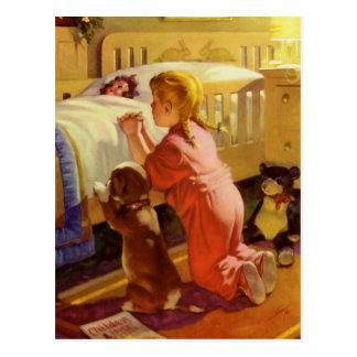 Chica del vintage que ruega con el perro Rezos de