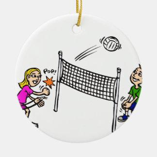 Chica del voleibol contra muchacho adorno redondo de cerámica