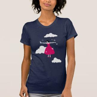 Chica del vuelo con la camisa de los pájaros