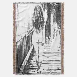 Chica desnudo artístico en el puente de madera - manta