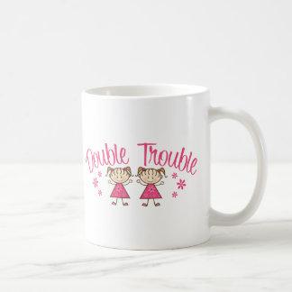 Chica doble del rosa del problema taza de café