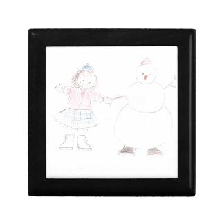 Chica emocionado con el muñeco de nieve cajas de joyas