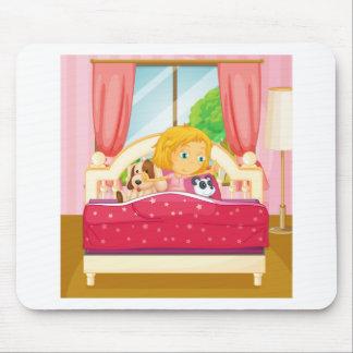 Chica en cama que se levanta tapetes de ratón