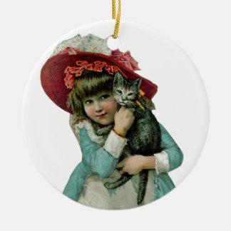 Chica en capo con el gatito del navidad adorno navideño redondo de cerámica