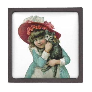 Chica en capo con el gatito del navidad cajas de joyas de calidad