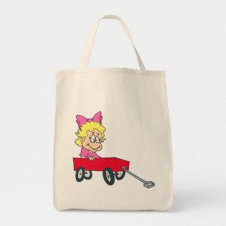 chica en carro rojo bolsas de mano