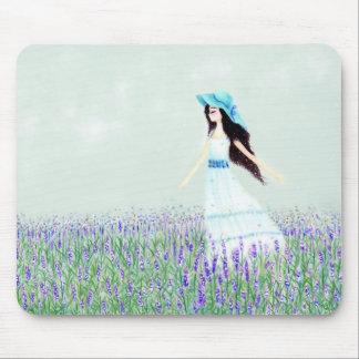 Chica en el campo de lavandas mousepads