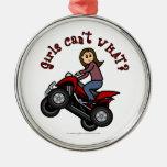 Chica en el coche de cuatro ruedas rojo ornamentos de reyes magos