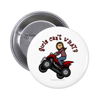 Chica en el coche de cuatro ruedas rojo pins