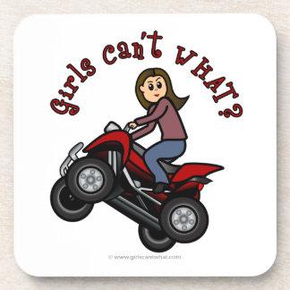 Chica en el coche de cuatro ruedas rojo posavasos