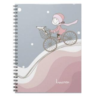 Chica en el cuaderno de la bicicleta