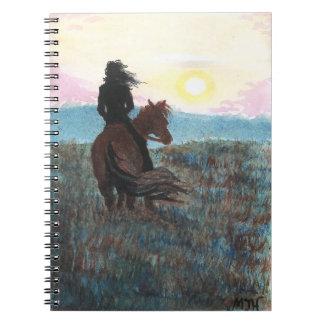 Chica en el diario pacífico del cuaderno de la